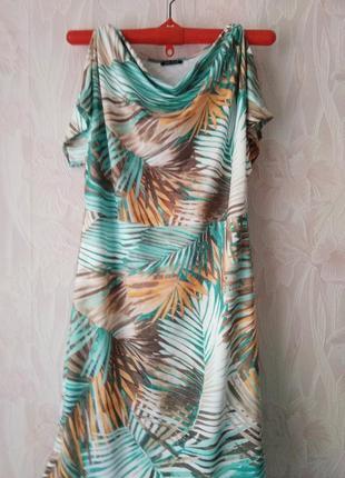 Платье яркое с тропическим принтом.