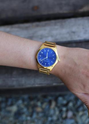 Новые массивные золотистые женские часы