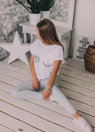 Стильна футболка з принтом