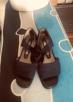 Босоножки замшевые на маленьком каблуке от бренда peter kaiser