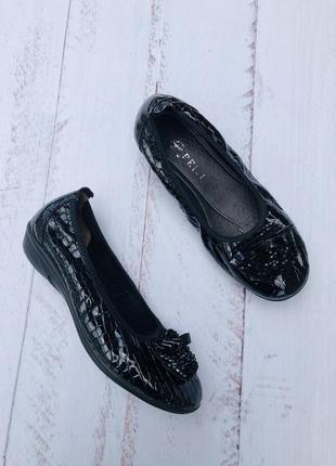 Кожаные балетки лакированные туфли с брошкой