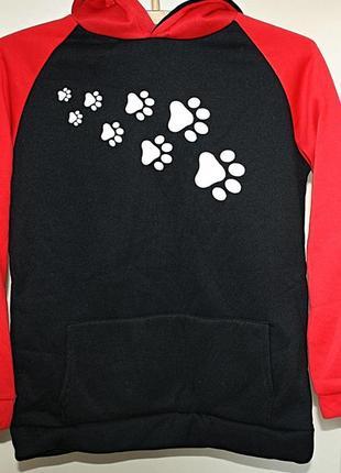 Худи с капюшоном свитшот красный черный с рисунком лапки собачка (к053)