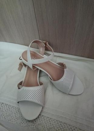 Нежные белые босоножки на невысоком каблуке