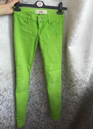 Яркие джинсы hollister брюки салатового цвета неон