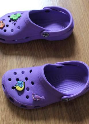 Яркие летные аквашузы сабо сандали привлекательного цвета crocs