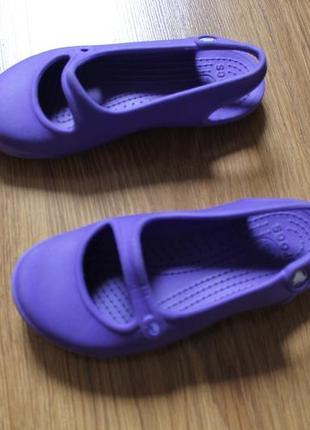 Необычные яркие crocs для девочки в очень интересном дизайне