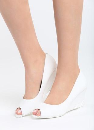 Новые женские белые туфли на танкетке