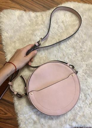 Трендовая круглая сумка кроссбоди пудрового цвета