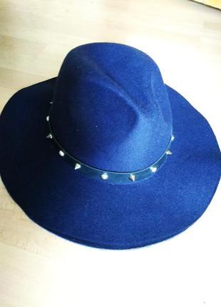 Стильная шляпа с полями темно-синяя