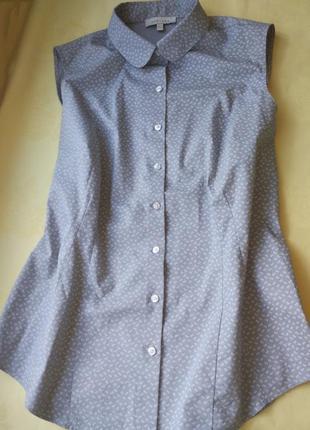 Классическая рубашка без рукавов с воротником стойкой.
