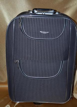 Дорожний чемодан среднего размера.