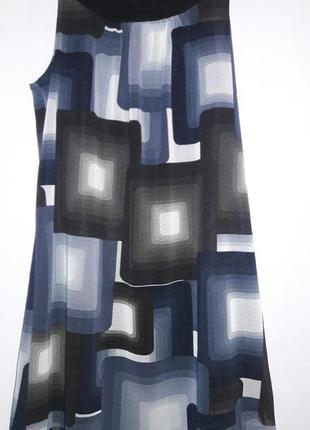 Платье свободного кроя с графическим рисунком