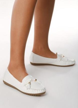 Новые женские белые лоферы туфли на низком каблуке