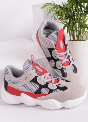Стильные серые замшевые кроссовки на толстой подошве сетка с красными вставками