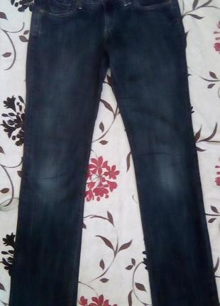 Синие прямые джинсы с розовой вышивкой