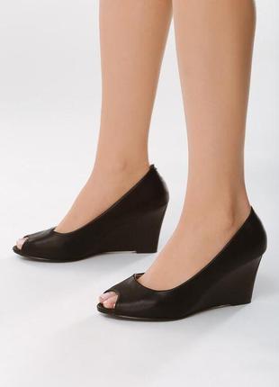 Новые женские черные туфли на танкетке