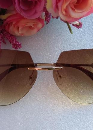 Новые стильные очки (с мелкими царапинками на стекле) коричневые