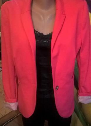 Малиновый новый качественый пиджак