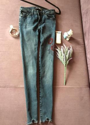 Актуальные джинсы zara basic denim с вышивкой и необработанным низом