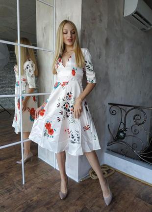 Шикарное яркое шелковое платье, украшенное нежными цветами