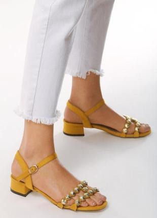 Новые женские желтые босоножки на низком каблуке