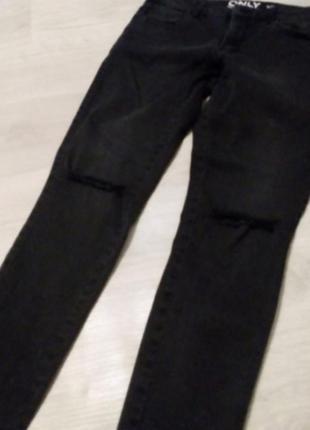 Укороченные брендовые скини джинсы разрезы на колене