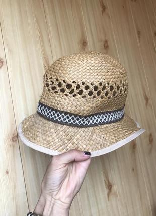 Соломенная шляпа с оригинальным плетением отличного качества.