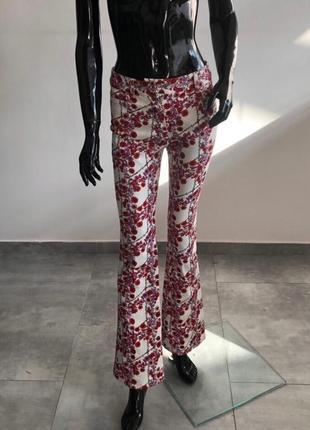 Брюки джинсы  giamba paris белые в цветочный принт клеш женские