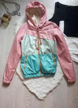 Цветная куртка ветровка на молнии с капюшоном карманами дождевик в полоску розовая летняя