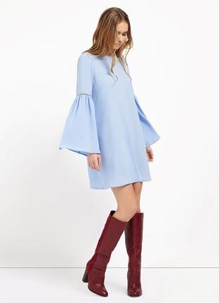 Голубое платье с длинным рукавом колокольчиком а силуэт