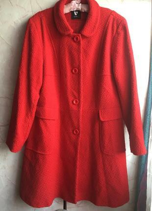 Красивое красное пальто.
