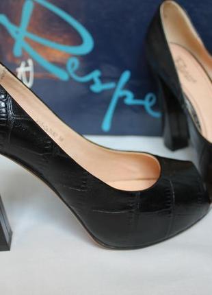Шикарные кожаные новые фактурные чёрные туфли с открытым носом размер 38