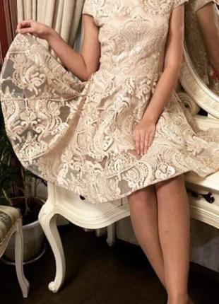 Бежевое платье с пышной юбкой