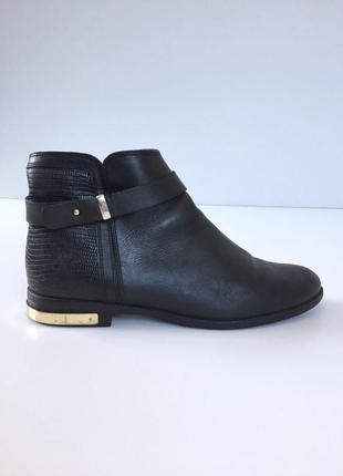 Стильные кожаные ботинки на низком ходу с ремешком