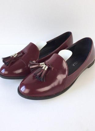 Стильные лаковые туфли лоферы на низком ходу