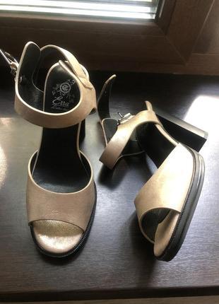 Босоножки на каблуке золотые