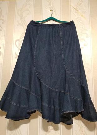 Джинсовая длинная юбка с воланом.
