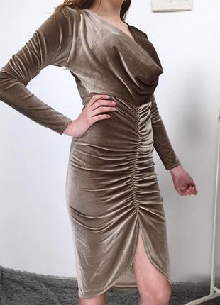 Невероятное бархатное платье по фигуре с длинным рукавом