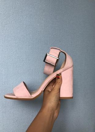 Пыльно розовые босоножки на каблуке 38р