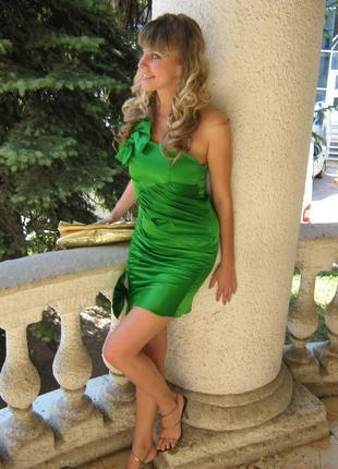 Продам зеленое атласное платье с двумя бантами на одно плечо
