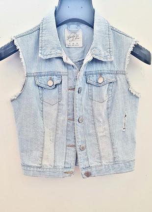 Укороченная джинсовая жилетка