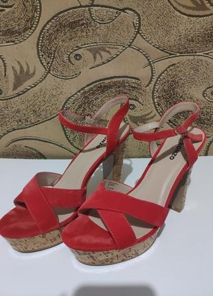 Красные босоножки на каблуке ronzo