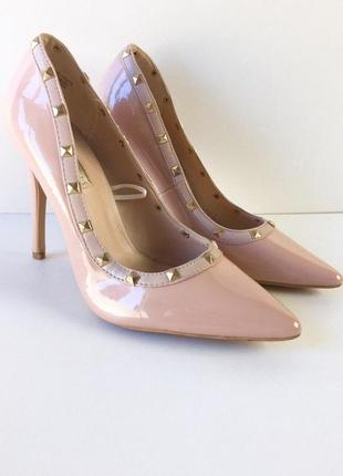 Шикарные лаковые туфли лодочки на шпильке с заклепками