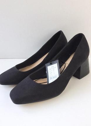 Стильные туфли на толстом каблуке под змеиную кожу