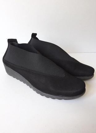 Комфортные легкие кожаные туфли на танкетке с резинками от flexx