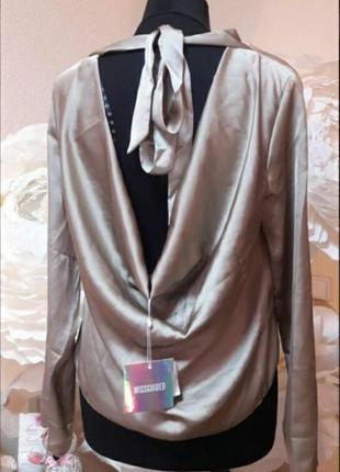Нежная блуза с красивой спинкой цвета хаки