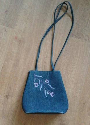 Джинсовая сумочка на длинных ручках с вышивкой