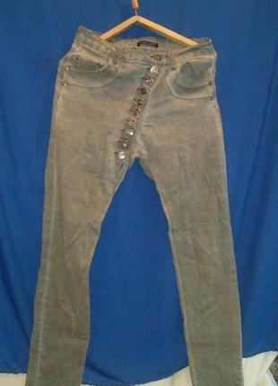 Классные джинсы скини  стрейчевые с оригинальной застёжкой