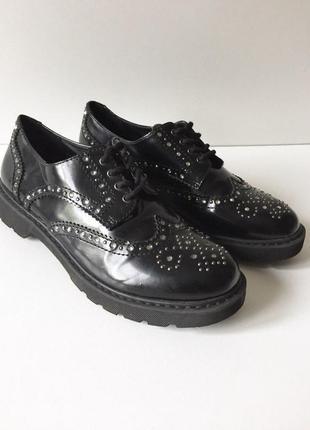 Стильные лаковые туфли броги на шнуровке с стразами