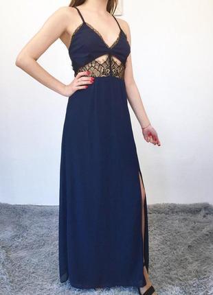 Невероятное платье макси на тонких бретельках с кружевом и разрезом